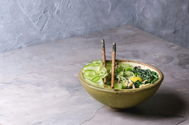 Tigela de macarrão verde