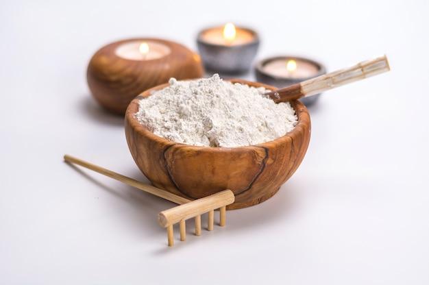 Tigela de madeira cheia de argila branca