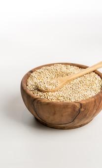 Tigela de madeira cheia de quinoa.