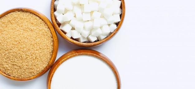 Tigela de madeira com açúcar branco