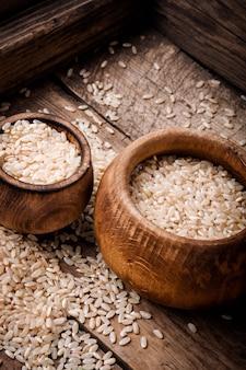 Tigela de madeira com arroz