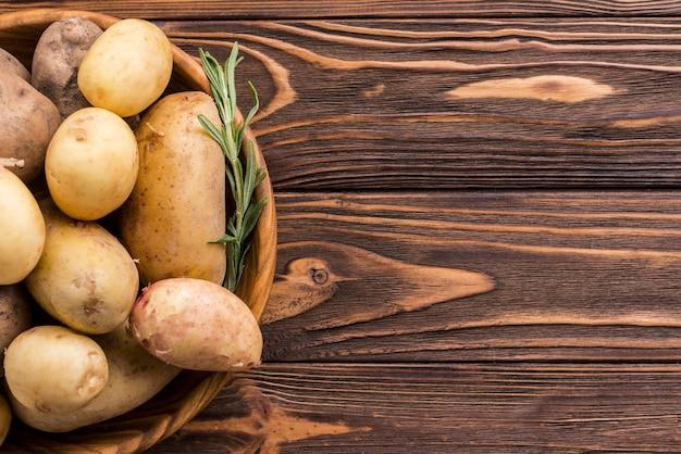 Tigela de madeira com batatas