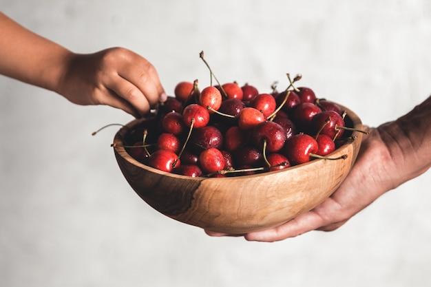 Tigela de madeira com frutas frescas e suculentas.