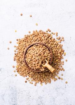 Tigela de madeira com lentilhas