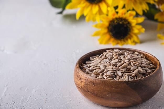 Tigela de madeira de sementes de girassol