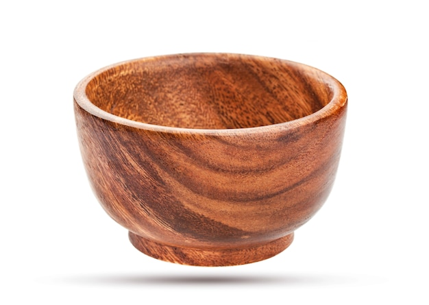Tigela de madeira vazia isolada