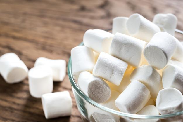 Tigela de marshmallows na superfície de madeira