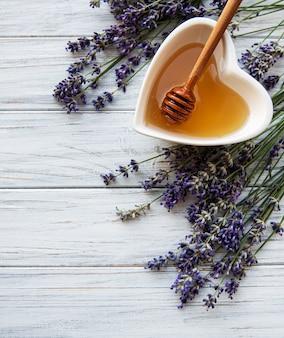 Tigela de mel com lavanda