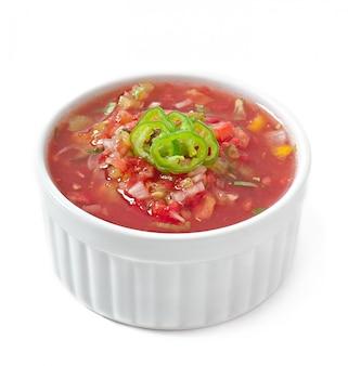 Tigela de molho de salsa fresco isolado
