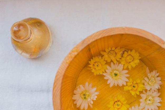 Tigela de óleo e flores