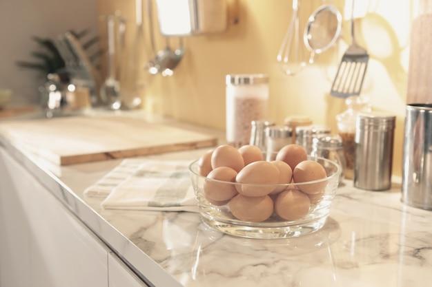 Tigela de ovos no balcão da cozinha