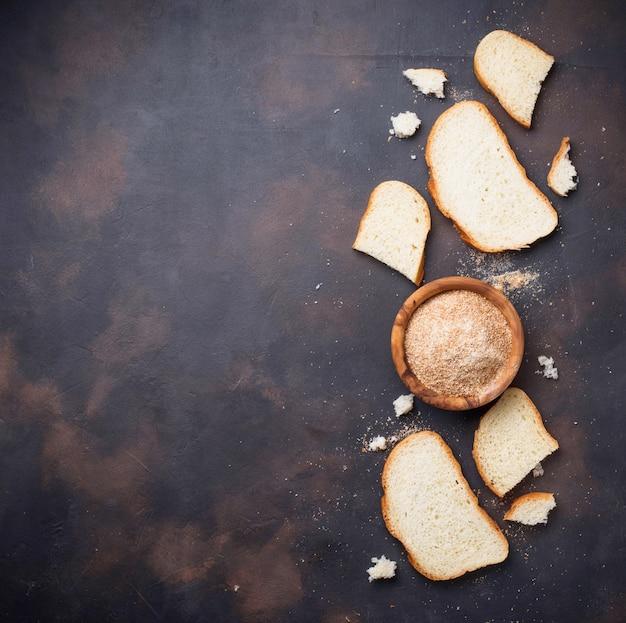 Tigela de pão ralado e fatias de pão