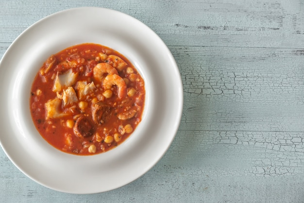 Tigela de peixe espanhol e sopa de chouriço