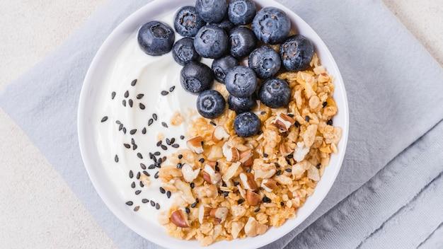 Tigela de pequeno-almoço saudável vista superior com mirtilos