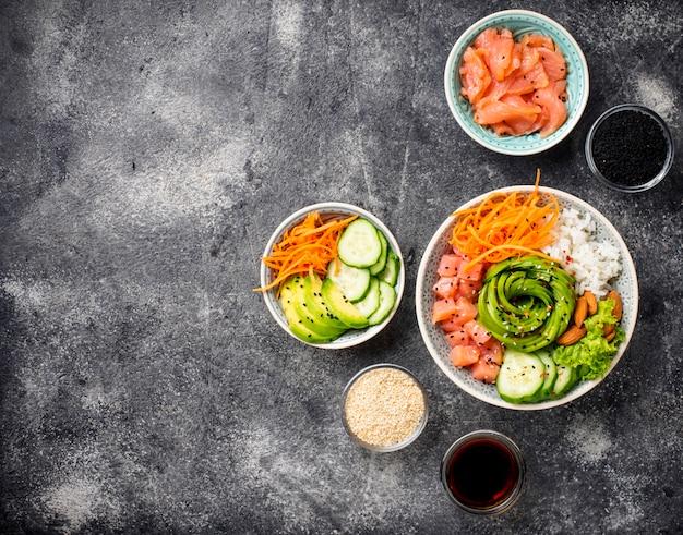 Tigela de picar havaiano com salmão, arroz e legumes