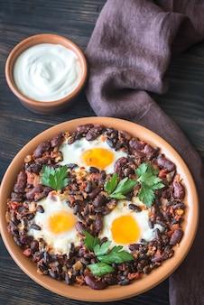 Tigela de pimenta chipotle feijão com ovos cozidos