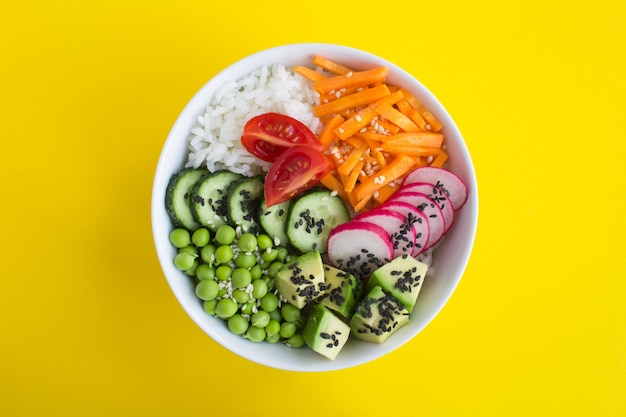 Tigela de poke vegan com arroz branco e legumes