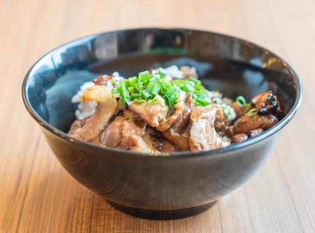 Tigela de porco grelhada com arroz