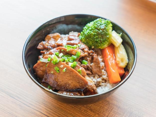 Tigela de porco grelhada com vegetais misturados