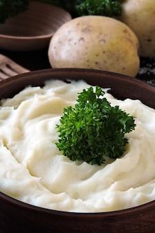 Tigela de purê de batata aromática com ervas