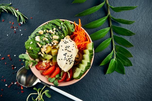 Tigela de puxão asiático com cogumelos de queijo creme, abacate, tomate cereja, pepino e shiitake em uma mesa preta. comida saborosa e dieta. vista superior e fla lay com espaço de cópia