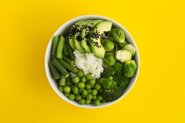 Tigela de puxão vegan com arroz e legumes verdes na tigela