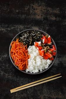 Tigela de puxão vegan com couve e cenouras em conserva.