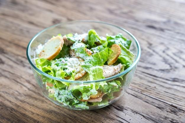 Tigela de salada caesar de frango