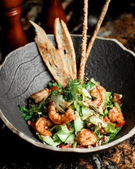 Tigela de salada de camarão com molho teriyaki