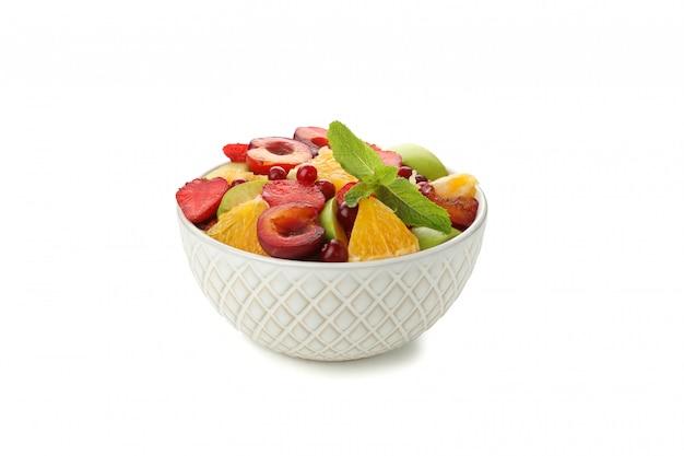 Tigela de salada de frutas frescas isolada no branco