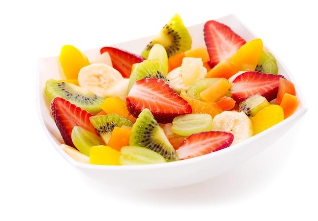 Tigela de salada de frutas no fundo branco