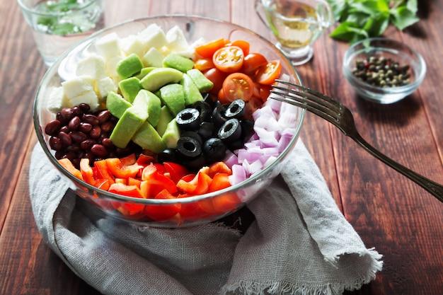 Tigela de salada de legumes com abacate