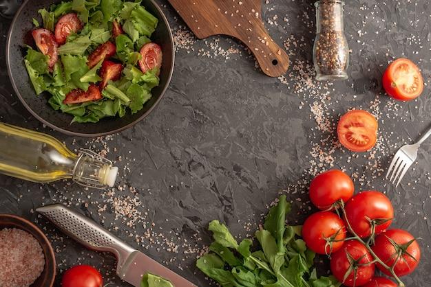 Tigela de salada de vegetais leves de verão com tomates e verduras e ingredientes frescos para cozinhar