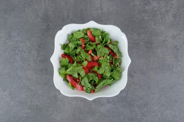 Tigela de salada fresca no fundo de mármore. foto de alta qualidade