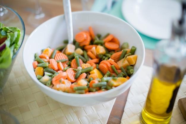 Tigela de salada na mesa de jantar