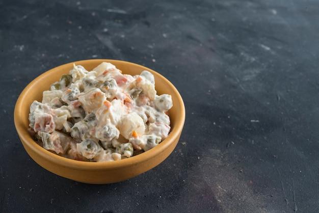 Tigela de salada russa tradicional