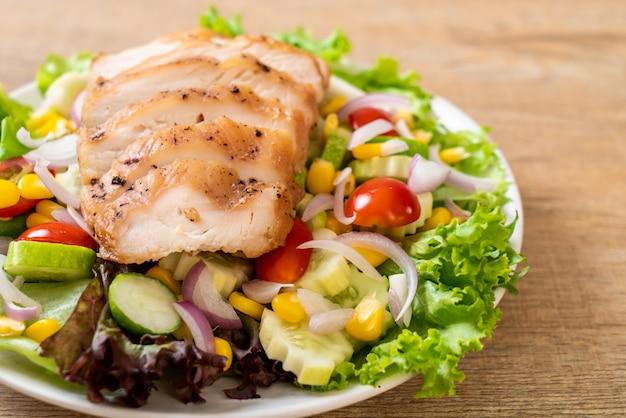 Tigela de salada saudável com peito de frango