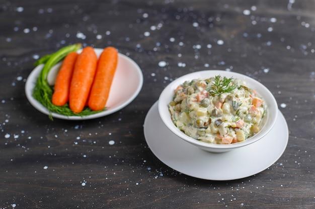 Tigela de salada tradicional russa.