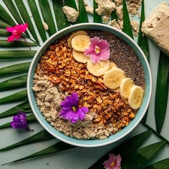 Tigela de smoothie com sementes de banana halva de chia e granola