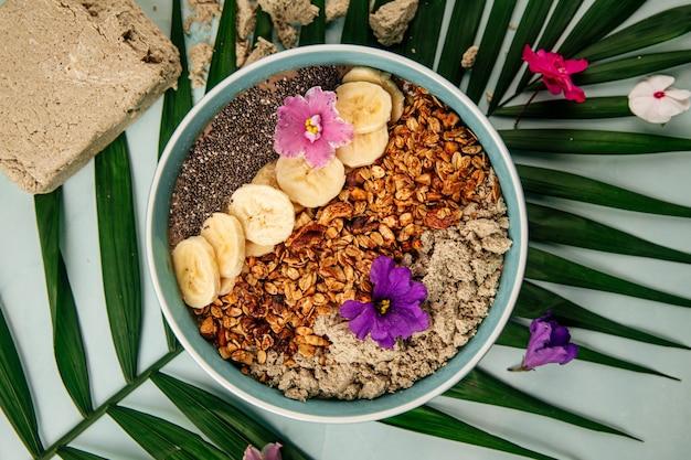Tigela de smoothie com sementes de banana halva e granola