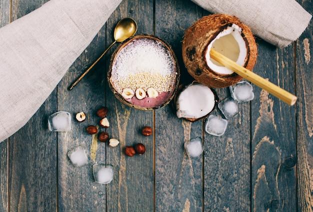 Tigela de smoothie de banana com morangos e sementes