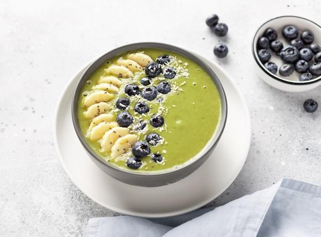 Tigela de smoothie de chá verde matcha saudável. comida crua vegana