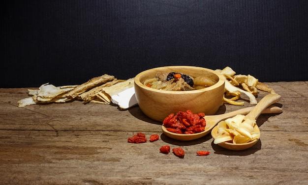 Tigela de sopa chinesa contra preto