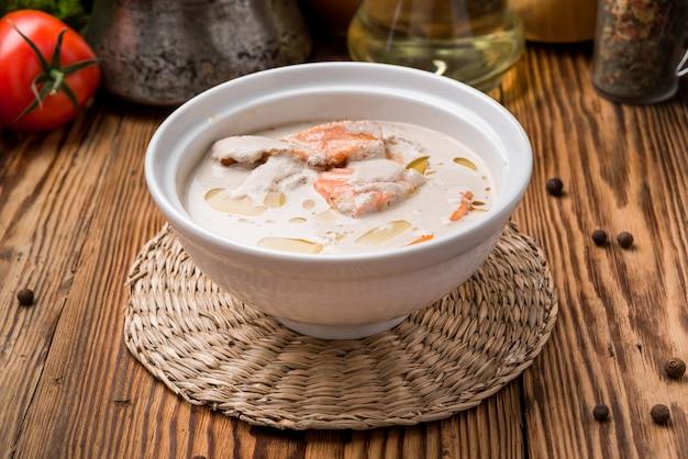 Tigela de sopa cremosa com salmão