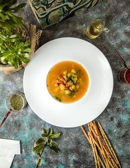 Tigela de sopa de abóbora com bolachas