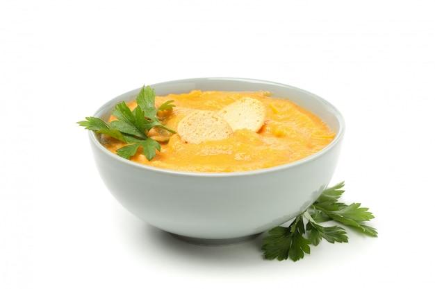 Tigela de sopa de abóbora com croutons e salsa isolada