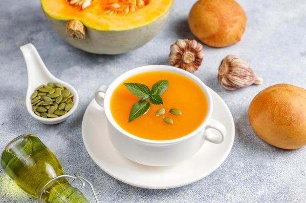Tigela de sopa de abóbora deliciosa com sementes.