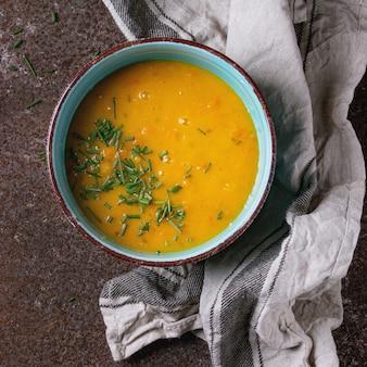 Tigela de sopa de cenoura