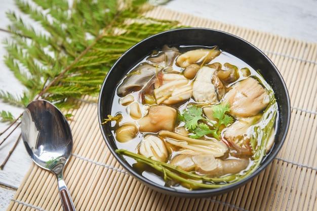 Tigela de sopa de cogumelos - cogumelo amarelo selvagem ou grisette amanita hemibapha vaginata cogumelos comestíveis cozinhados comida asiática