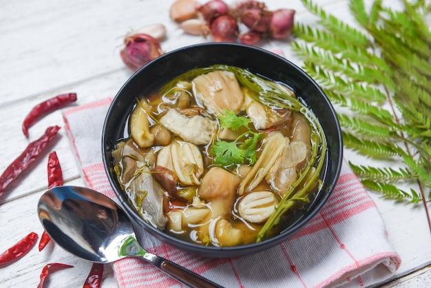 Tigela de sopa de cogumelos cogumelo selvagem amarelo ou grisette amanita vaginata cogumelos comestíveis